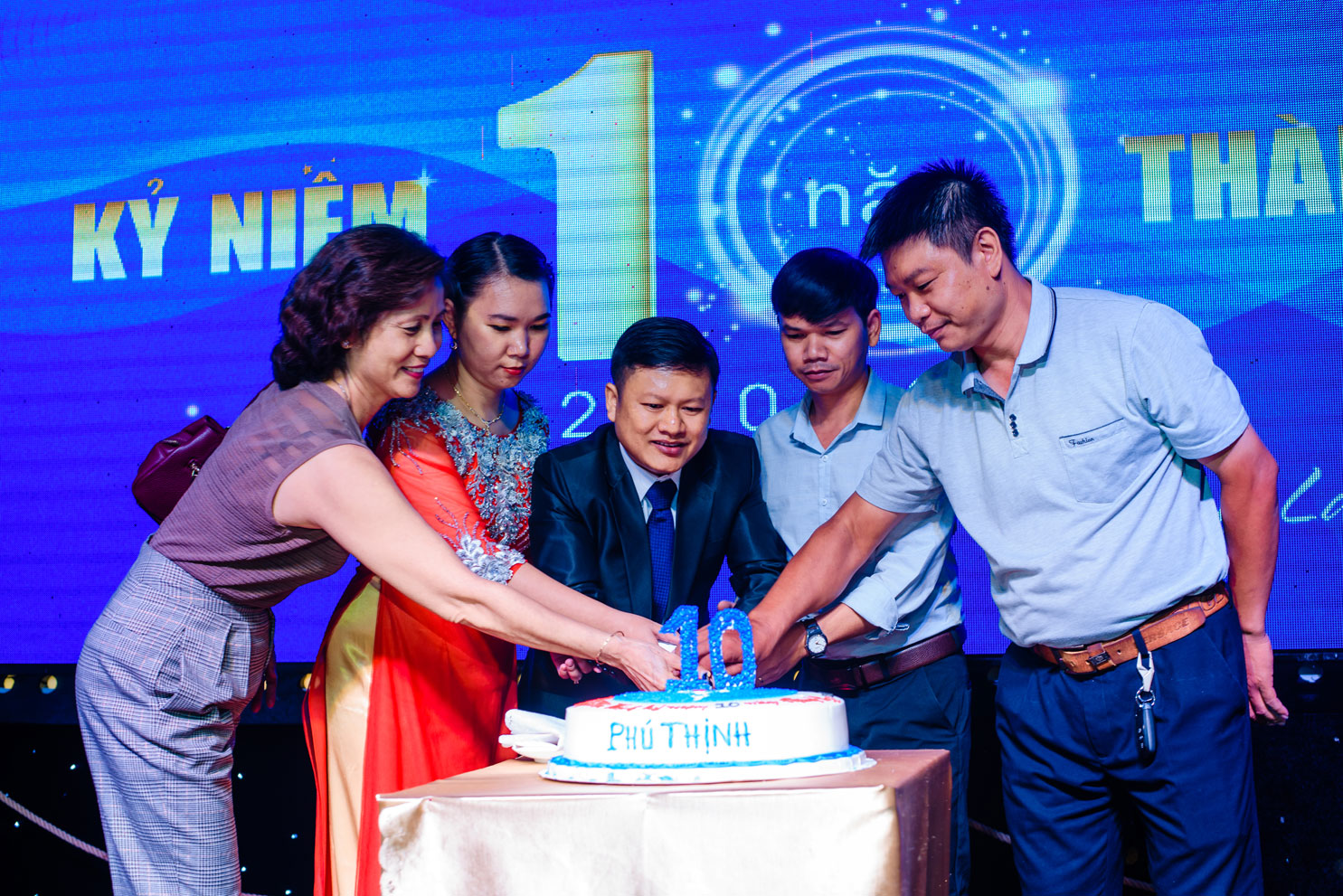 BGĐ Thép công nghiệp Phú Thịnh cùng chung tay cắt bánh chúc mừng với đối tác