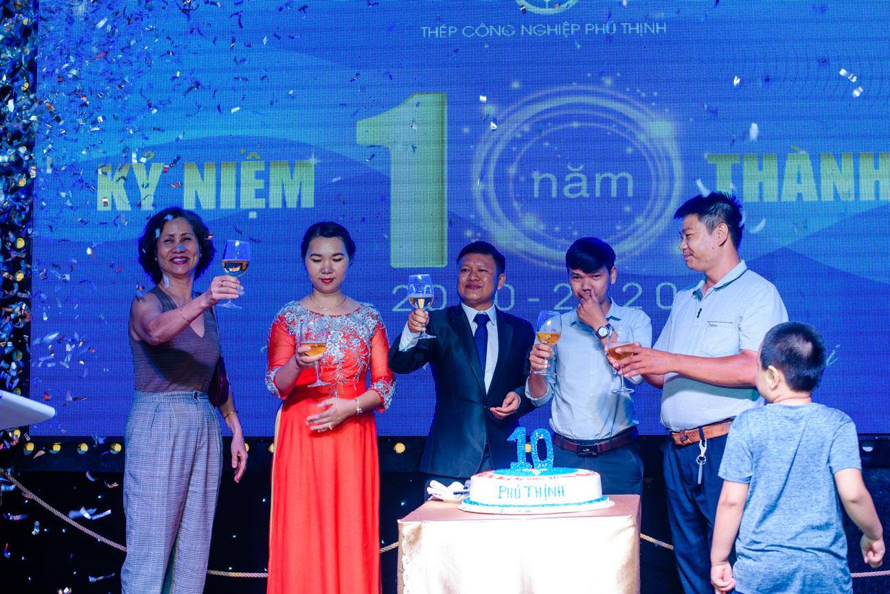 Ban Giám đốc cùng nâng ly chúc mừng lễ kỷ niệm 10 năm thành lập Thép công nghiệp Phú Thịnh với đối tác